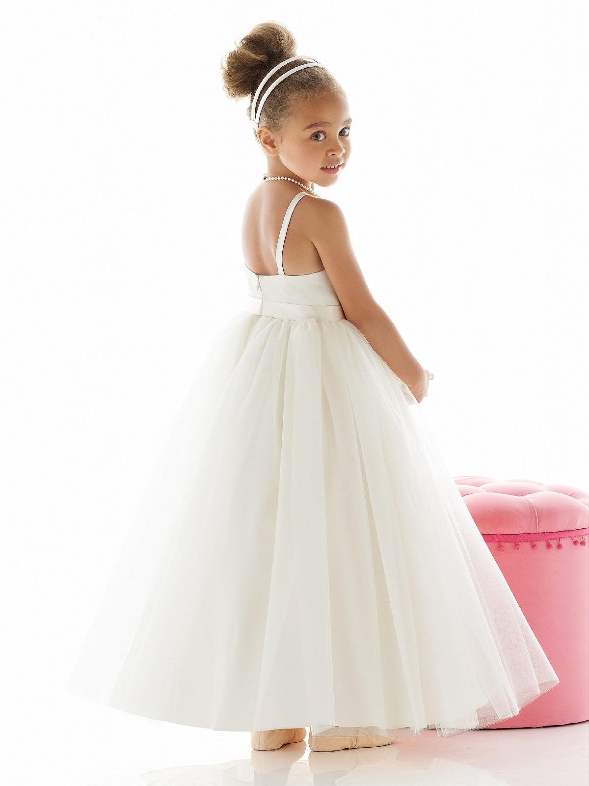 7f19296e45e Olivia CPH har kjoler i mange afskygninger og stile, og vi er desuden kendt  for at have billige gallakjoler til børn, når man holder kvaliteten op mod  ...
